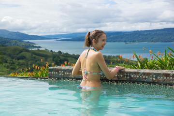 jeune fille souriante à la piscine - Costa Rica