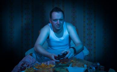 Mann sitzt mit in dunklen zimmer vor  videospiel