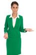 Präsentation: Business Frau isoliert in Grün präsentiert