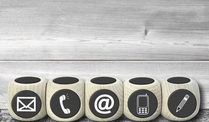 Beratung und Kontakt - Konzept mit Holzwürfeln
