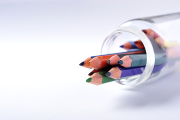 ビンに入った色鉛筆