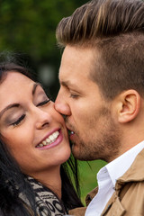 Verliebtes Paar in einem Park