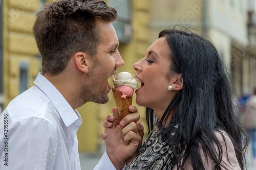 canvas print picture Paar beim Eis essen