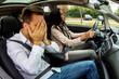 Paar fährt in einem Auto
