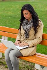Mann mit Laptop im Park