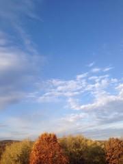 Blauer Himmel mit Wolken im Herbst