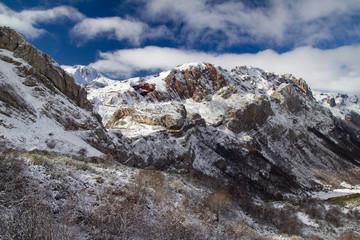 Valle y montañas nevadas. Parque Natural de Somiedo, Asturias.