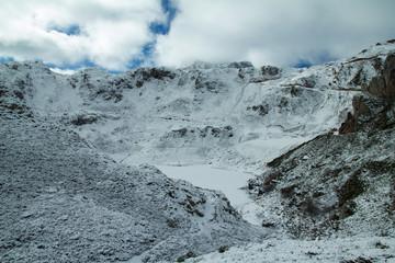 Lago de La Cueva nevado. Parque Natural de Somiedo, Asturias.