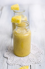 Ananassmoothie in Glasfläschchen