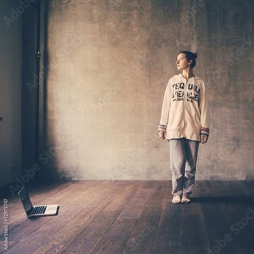 Молодая женщина в студии лофт