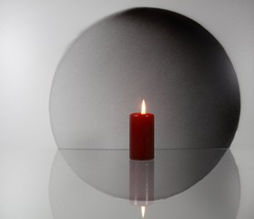 Stillleben mit Kerze und Kreis