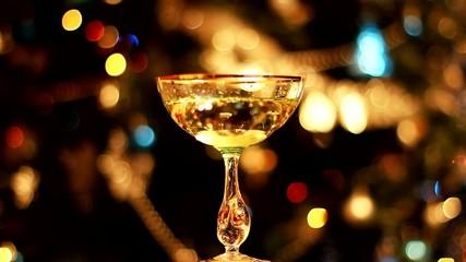 огни и бокал с вином
