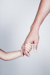Bambino tiene la mano di padre