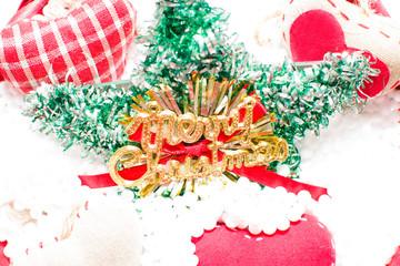 Cesta de Navidad con adornos navideños