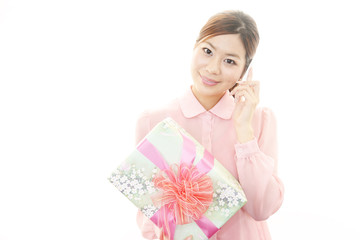 プレゼントを持った笑顔のOL