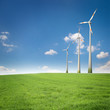 Windräder in der Landschaft / Erneuerbare Energien