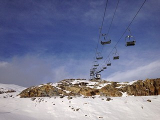 skilift mit sessellift in den Alpen