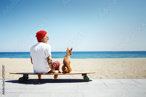 Leinwanddruck Bild man looking like a sata sitting on the beach
