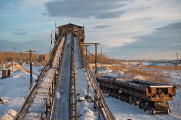 Ленточный конвейер и железнодорожный грузовой состав
