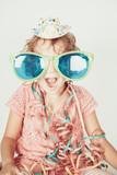 bambina con occhiali da party