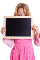 Mädchen schaut über Kreidetafel