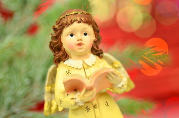 dekoracja bożonarodzeniowa, figurka aniołka na tle bokeh