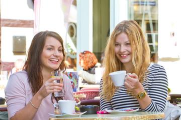Draußen im Straßencafe