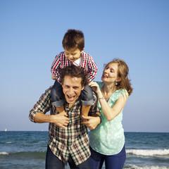 Familia jugando y disfrutando en la playa