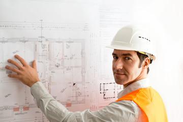 Bauingenieur am Grundriss für Hausneubau