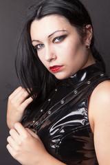 Jeune femme habit vinyl noir