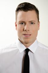 Portrait junger Mann mit Krawatte