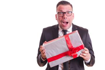 Geschenk erhalten - ein fassungsloser Mann