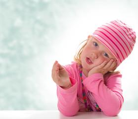 Kind welches mit Gestik erzählt