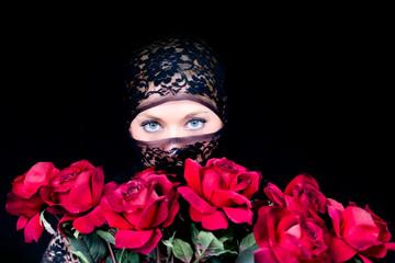 Verschleierte Frau mit blauen Augen