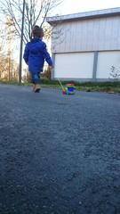 Kind zieht holzspielzeug Eisenbahn Asphalt