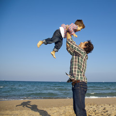 Padre levantando a su hijo en el aire