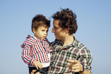 Padre enseñando a su hijo