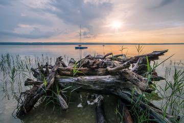 Sommerstimmung am See mit Segelboot
