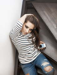 Ragazza sulle scale con smartphone