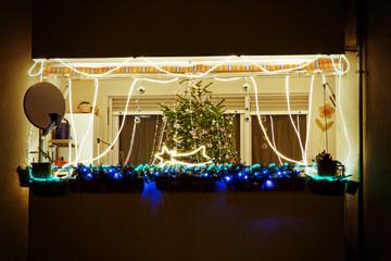 Weihnachtsdekoration an einem Balkon