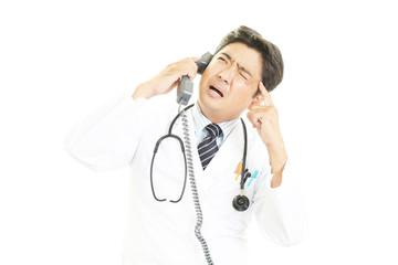 苦悩する医師