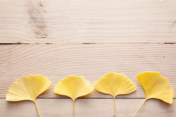 銀杏の葉と木板
