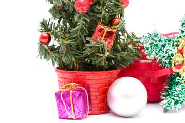Arbol de Navidad y adornos navideños