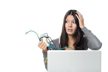 Frau hält Computer Kabel in der Hand und ist geschockt