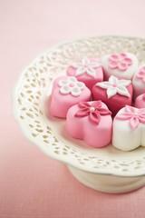 Petit fours auf Kuchenplatte