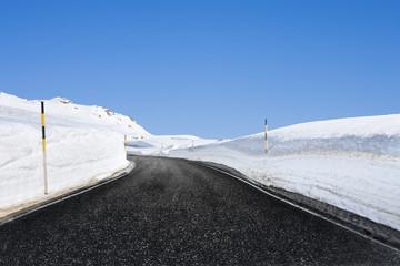 Paßstrasse im Winter