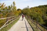 pareja de ciclistas de ruta por una via verde