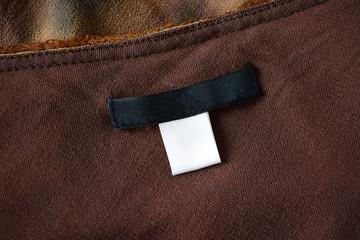 Schwarzes Etikett - Weißer Waschzettel