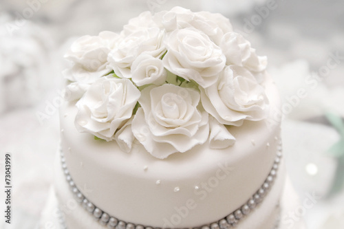Foto op Canvas Bakkerij Wedding cake on light background