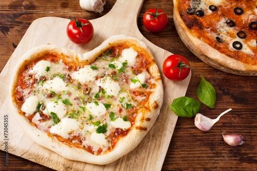 Leinwandbild Motiv Herz Pizza